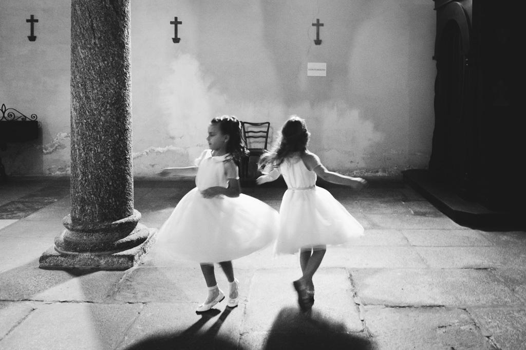 Due bambine danzano in chiesa in no scatto di Alessandro Della Savia