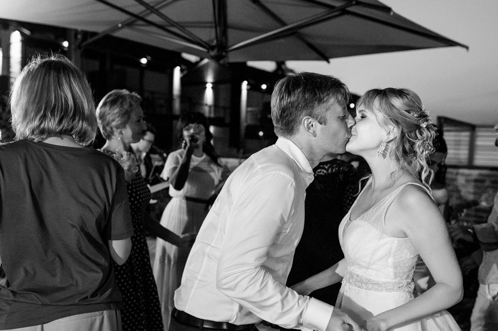 Gli sposi si baciano in un momento di intimità