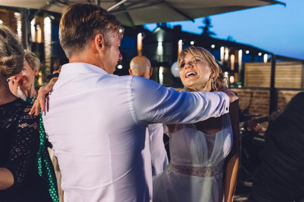 Lo sposo balla con la sposa durante la festa dopo il ricevimento presso l'Osteria Arborina