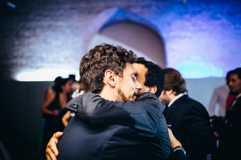 Lo sposo abbraccia un invitato durante i balli