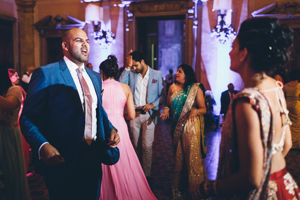 Gli sposi ballano in sala durante la festa
