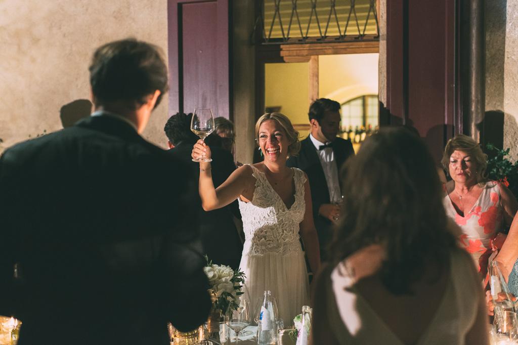 La sposa festeggia con un sorriso smagliante in compagnia degli invitati