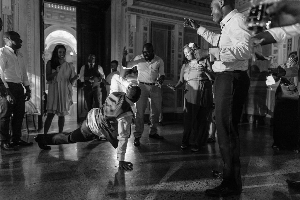 Un invitato balla la breakdance