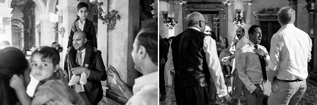 Lo sposo prende sulle spalle un bambino e gli invitati danzano in pista