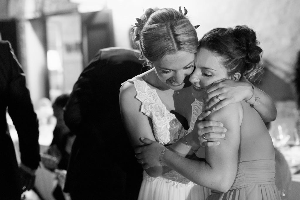 La sposa abbraccia teneramente una damigella
