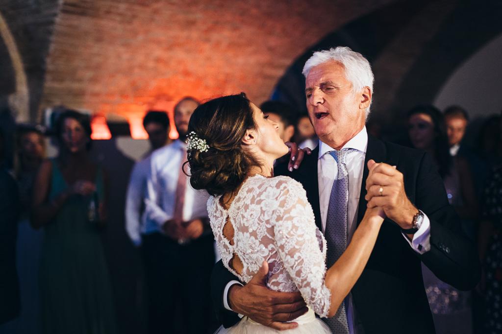Il padre danza con la figlia Beatrice in sala