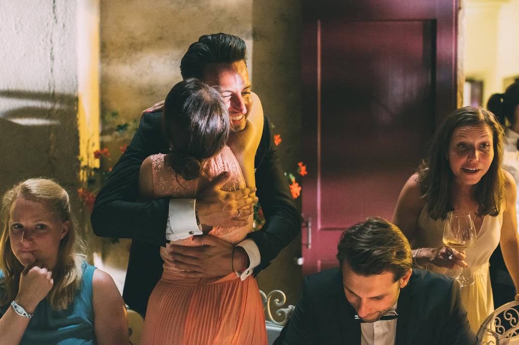 Lo sposo abbraccia un'invitata durante il banchetto