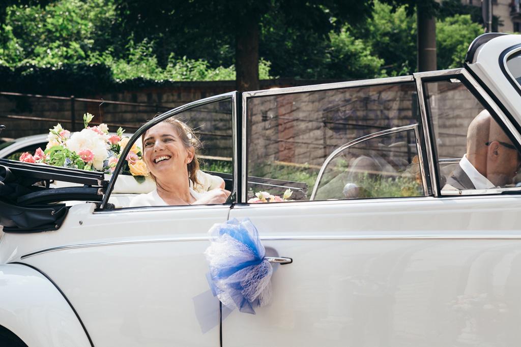 La sposa è pronta per partire in viaggio in direzione della cerimonia
