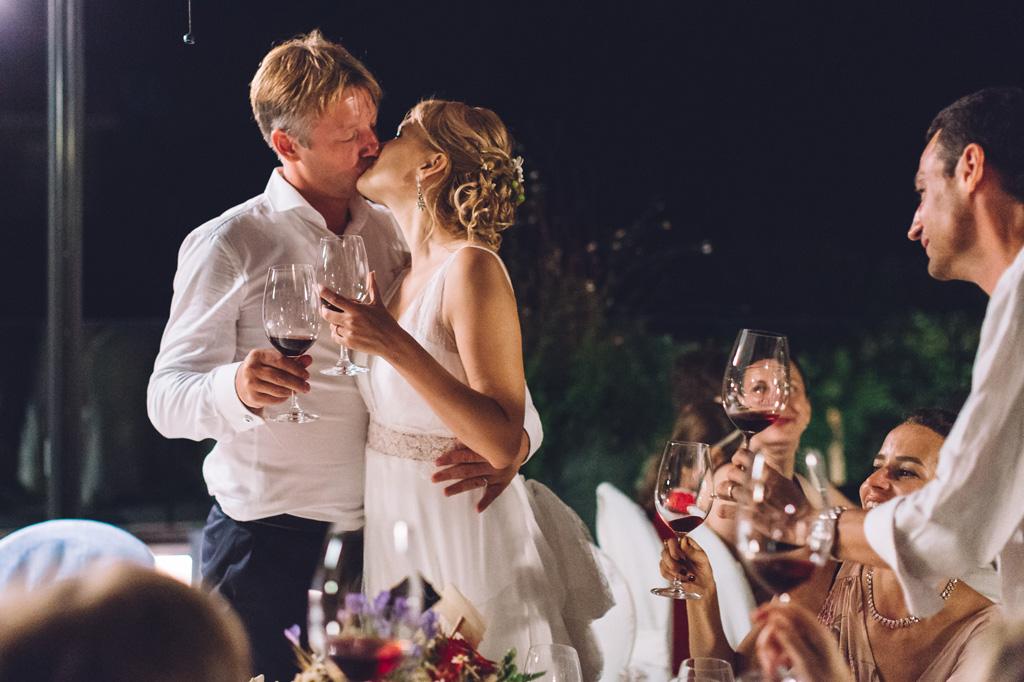 Lo sposo Dimitri bacia teneramente la sua sposa Tatiana