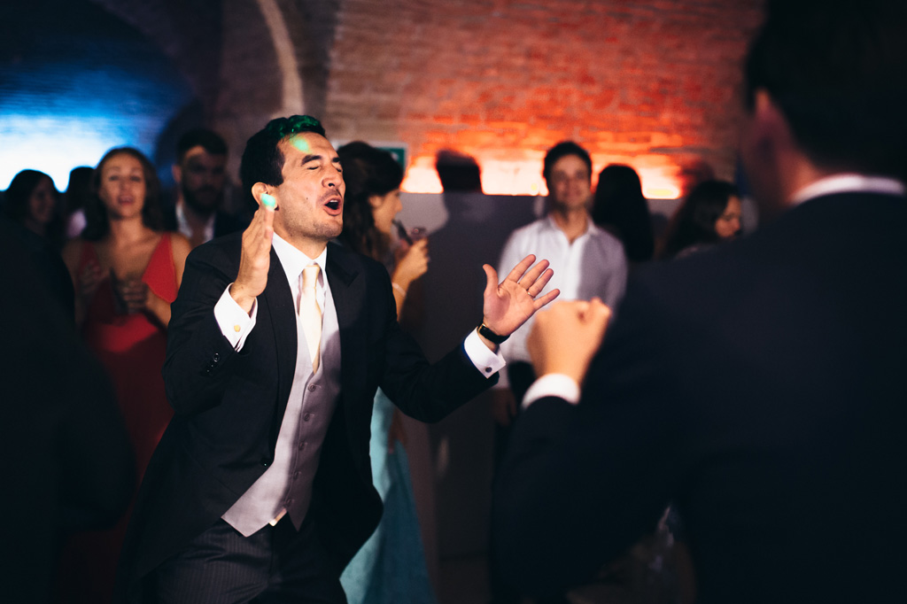 Riccardo si lancia in un ballo sfrenato