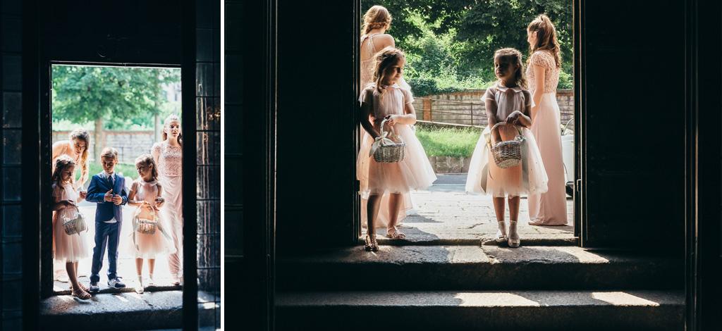 Alcuni bambini attendono all'entrata l'arrivo della sposa
