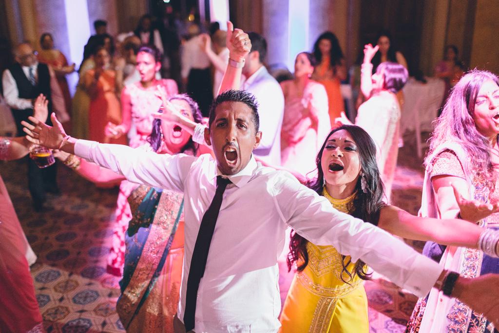 Gli ospiti si lanciano in balli sfrenati presso immortalati da Alessandro Della Savia