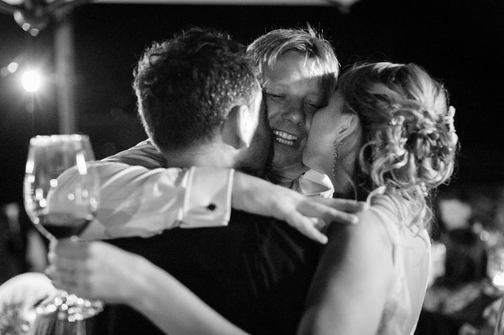 Gli ospiti baciano e abbracciano gli sposi