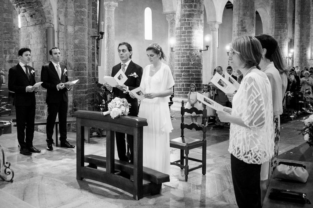 Gli sposi, Davide e Leticia. seguono attentamente le promesse del matrimonio