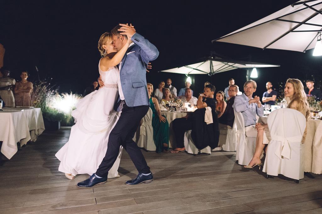 Gli sposi danzano tra i tavoli degli invitati
