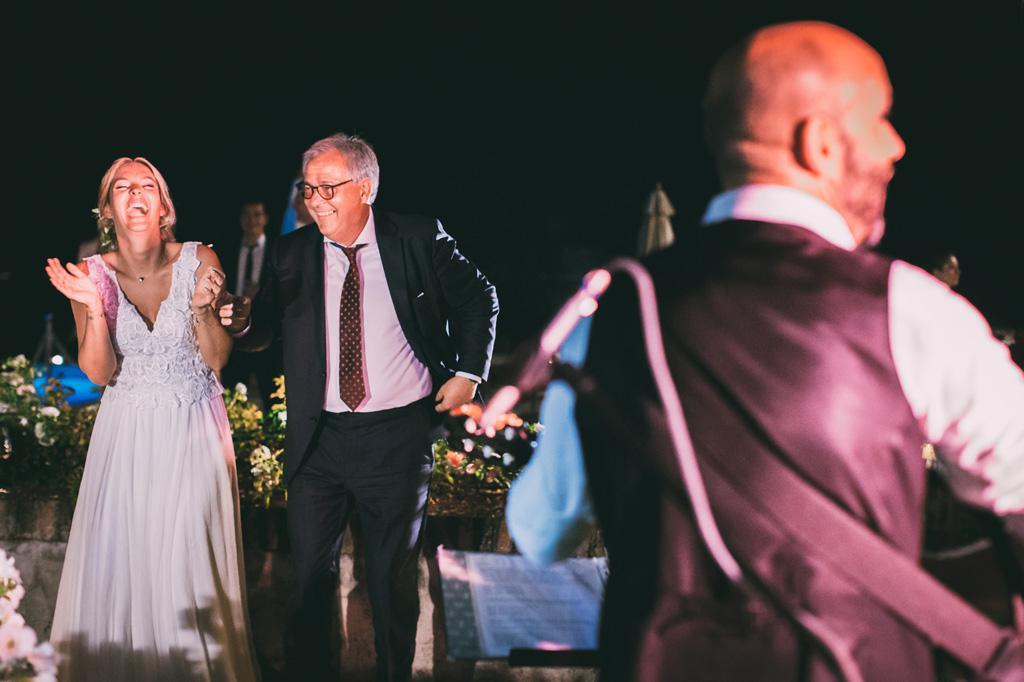 La sposa scherza con il padre durante la festa