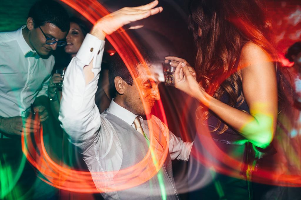 Gli invitati si scatenano in balli con effetti di luce catturati dal fotografo Alessandro Della Savia