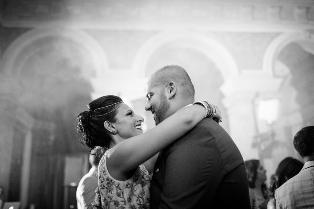 Gli sposi, Jaspal e Reena, si guardano negli occhi teneramente