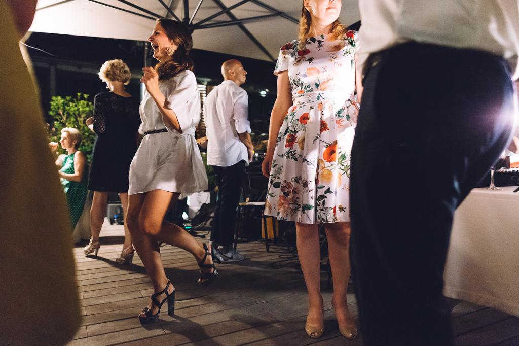 Alcuni ospiti si lanciano in balli irrefrenabili