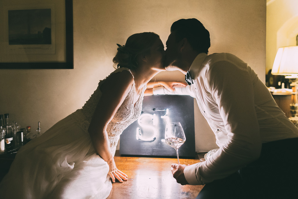 I due sposi si baciano finalmente congiunti in matrimonio