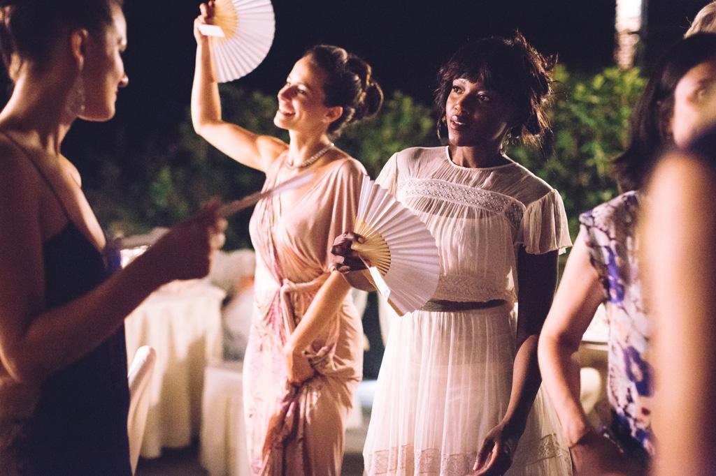 Le invitate danzano con i ventagli tra le mani