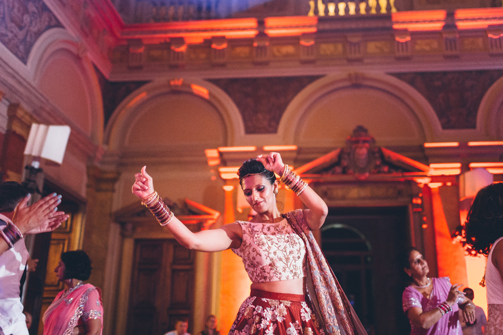 Reena danza elegante con un bel sari indosso