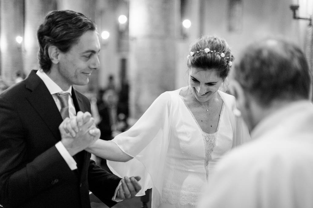 Lo sposo stringe la mano della sposa