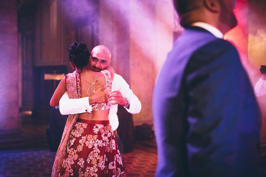 Un ospite abbraccia la sposa in pista