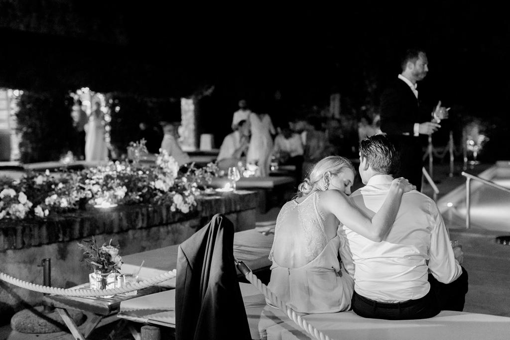 Due invitati si rilassano dopo aver danzato tutta la serata