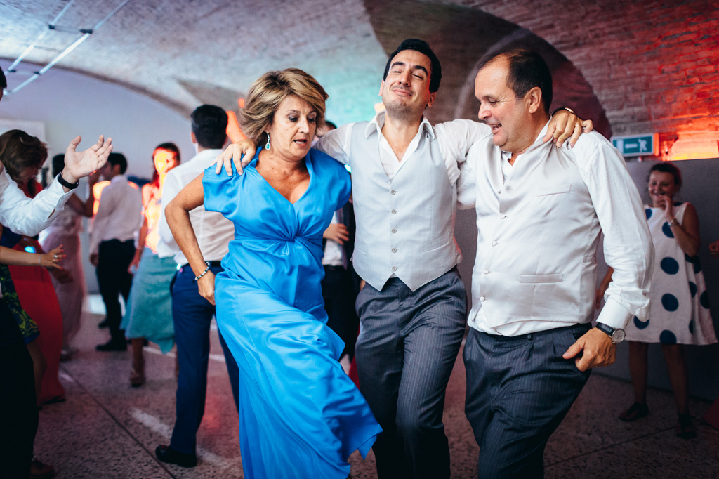 La madre e lo sposo danzano in pista da ballo