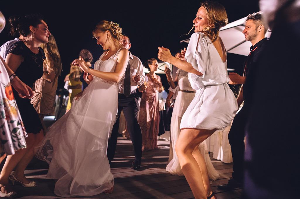 Le invitate e le spose danzano allegramente in pista