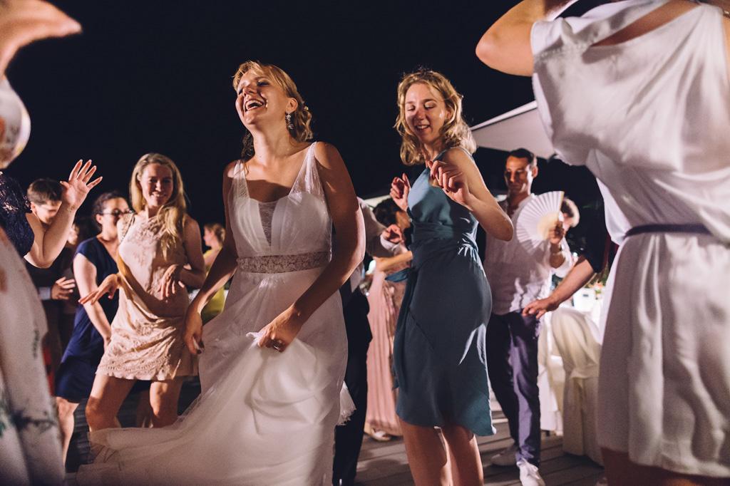 La sposa e le damigelle sorridono durante le danze