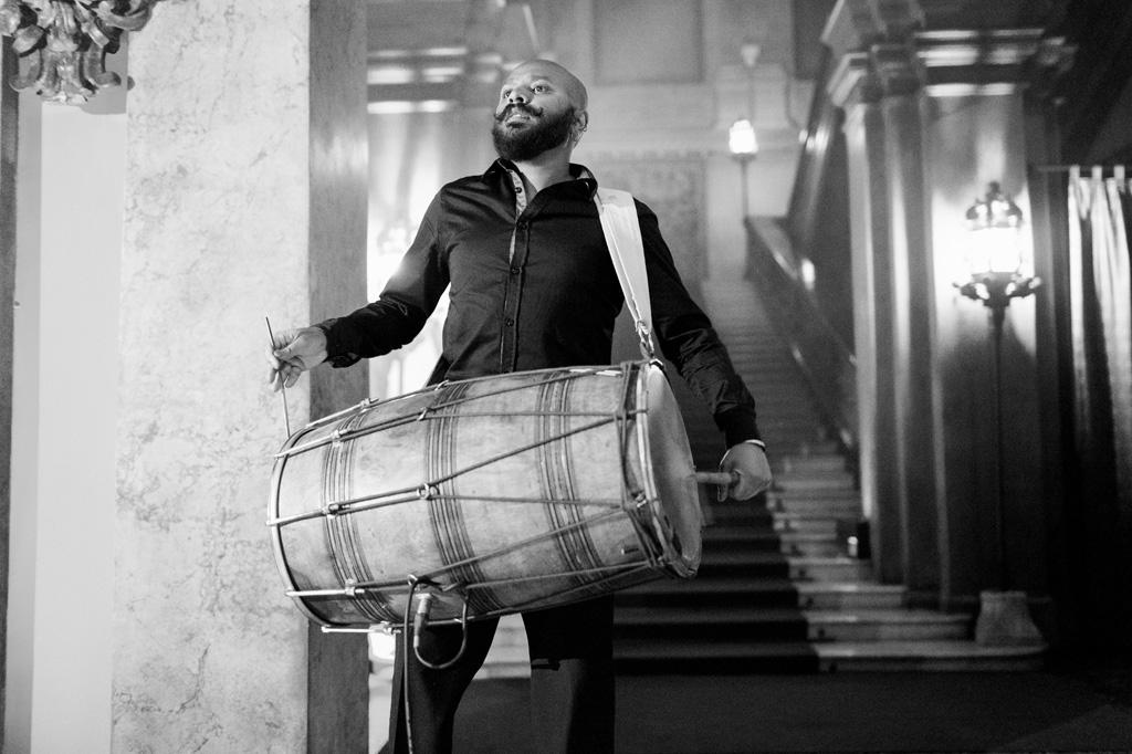 Un musicista tiene il ritmo della musica con il tamburo