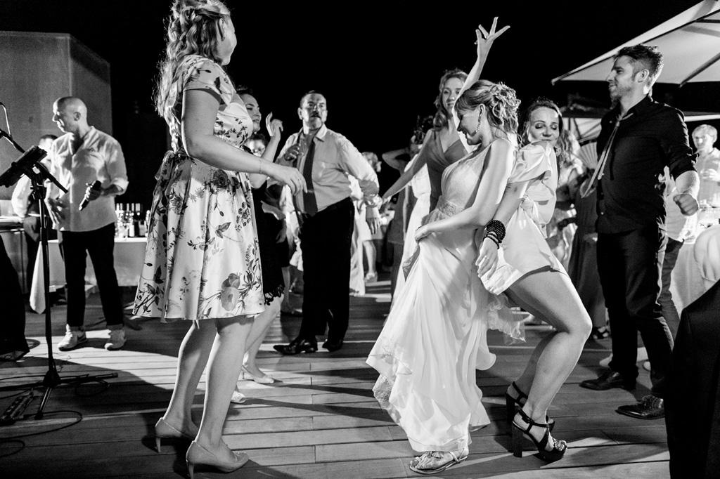 La sposa balla scatenata con un'ospite