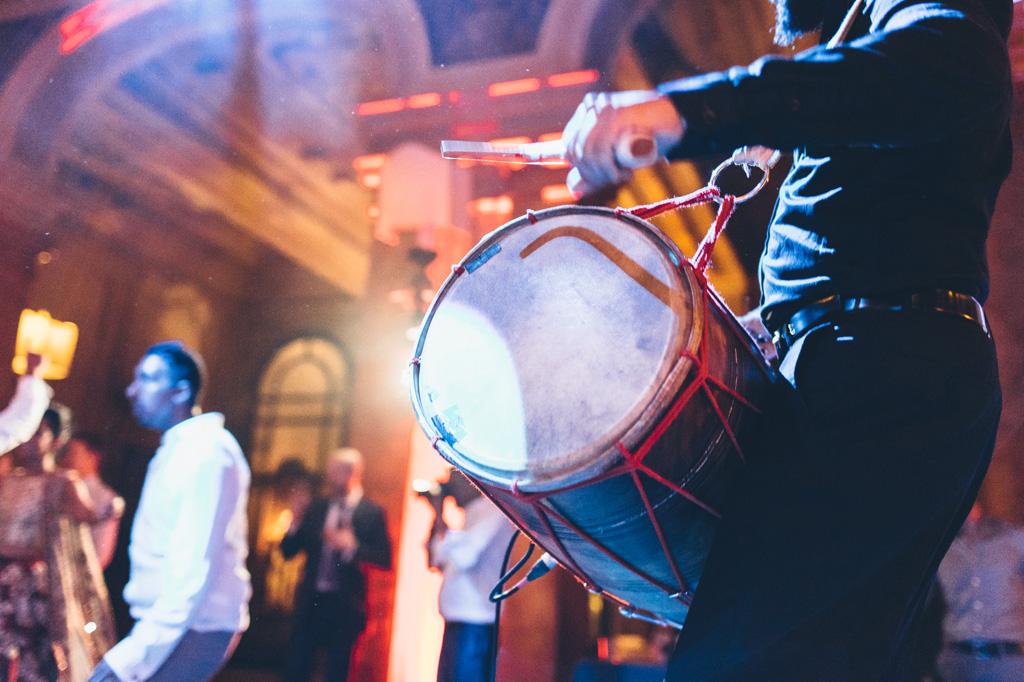 Un dettaglio del tamburo del musicista