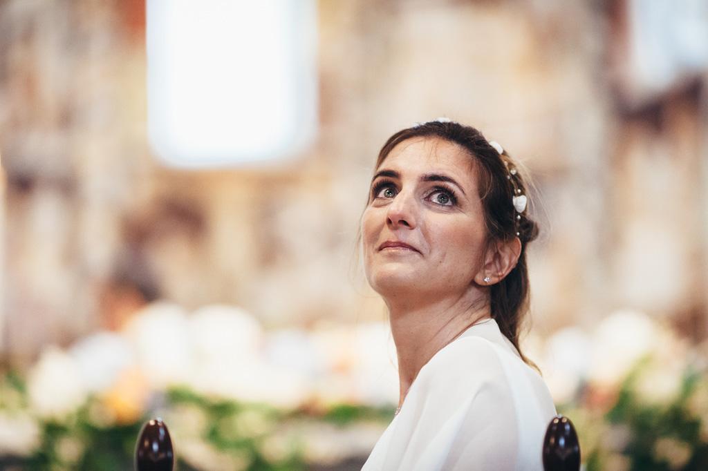 Leticia guarda in cielo con le lacrime agli occhi