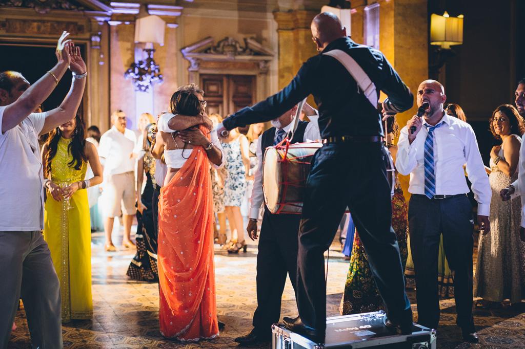 La festa continua tra i colori dei sari, la musica e le luci