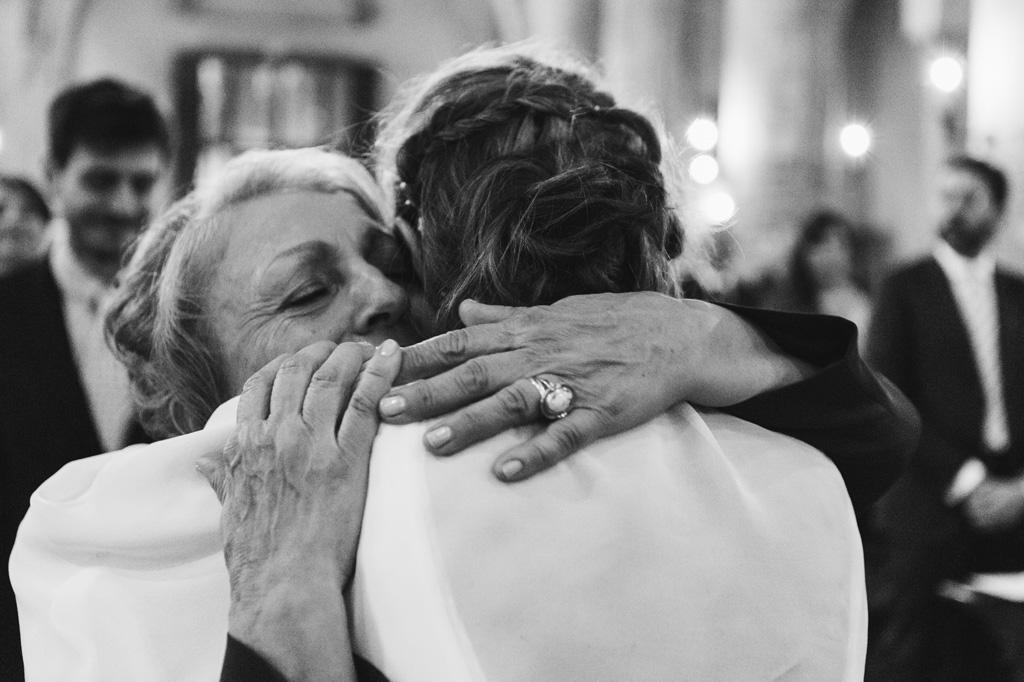Un'ospite abbraccia caldamente la sposa