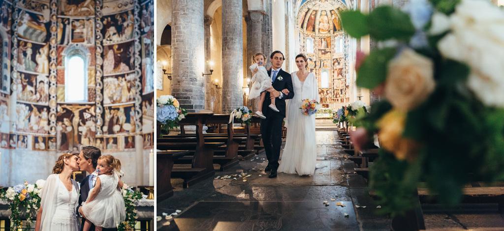 Gli sposi si baciano e si dirigono all'uscita dalla chiesa