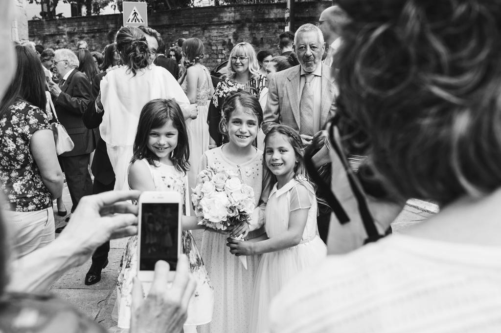 Gli invitati scattano fotografie ai bambini dopo la cerimonia