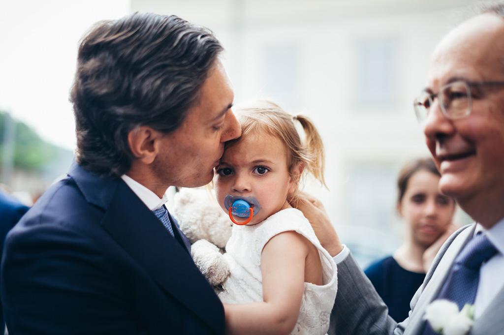 Lo sposo bacia una bambina