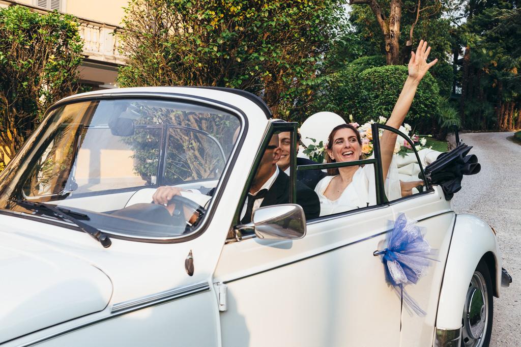 Gli sposi arrivano in macchina