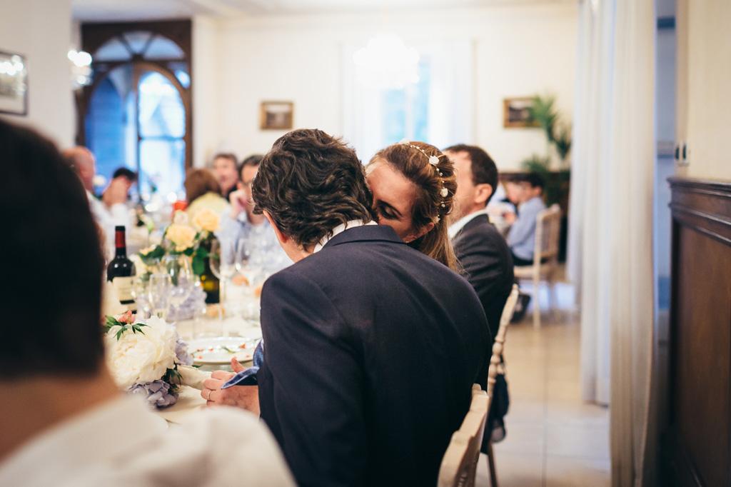 La sposa sussurra un segreto allo sposo