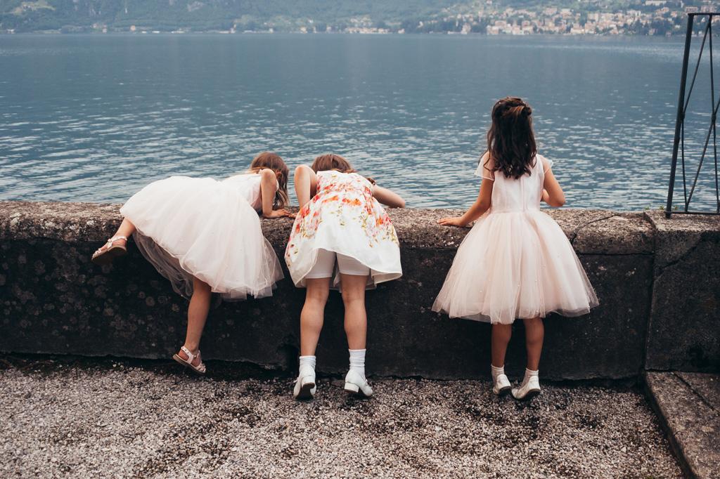 Tre bambine giocano vicino al Lago di Como