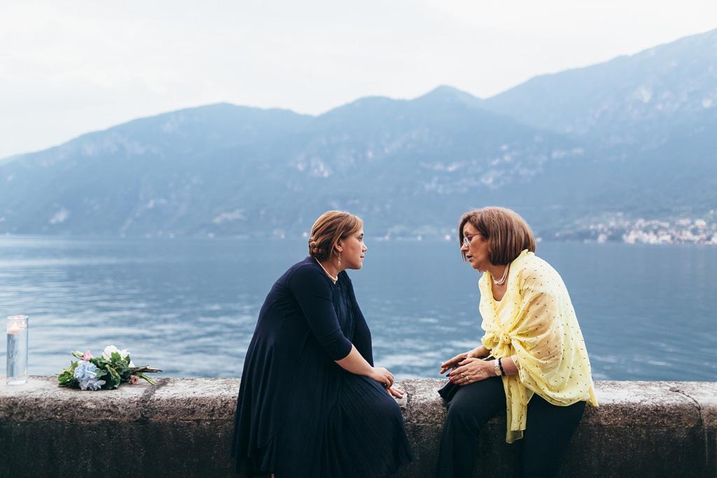Due invitate discorrono davanti al Lago di Como