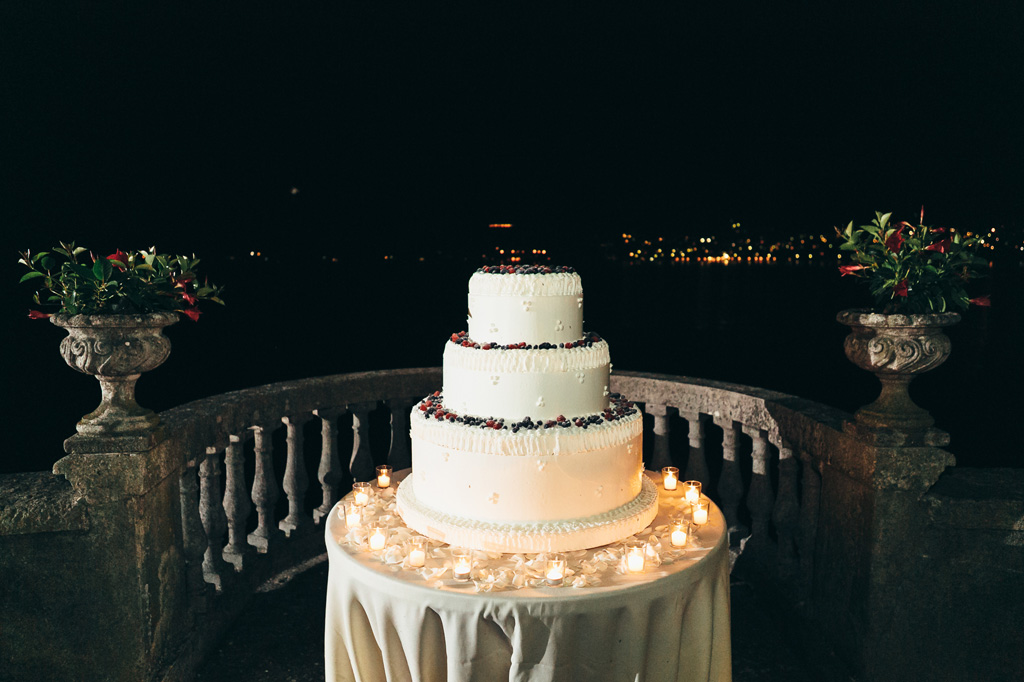 La torta nunziale davanti a un notturno Lago di Como