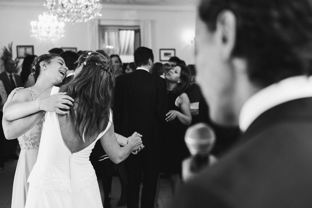 Leticia balla in pista davanti allo sguardo attento dello sposo Davide