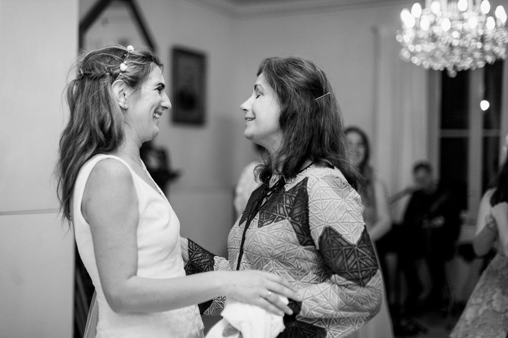 La sposa balla con una testimone