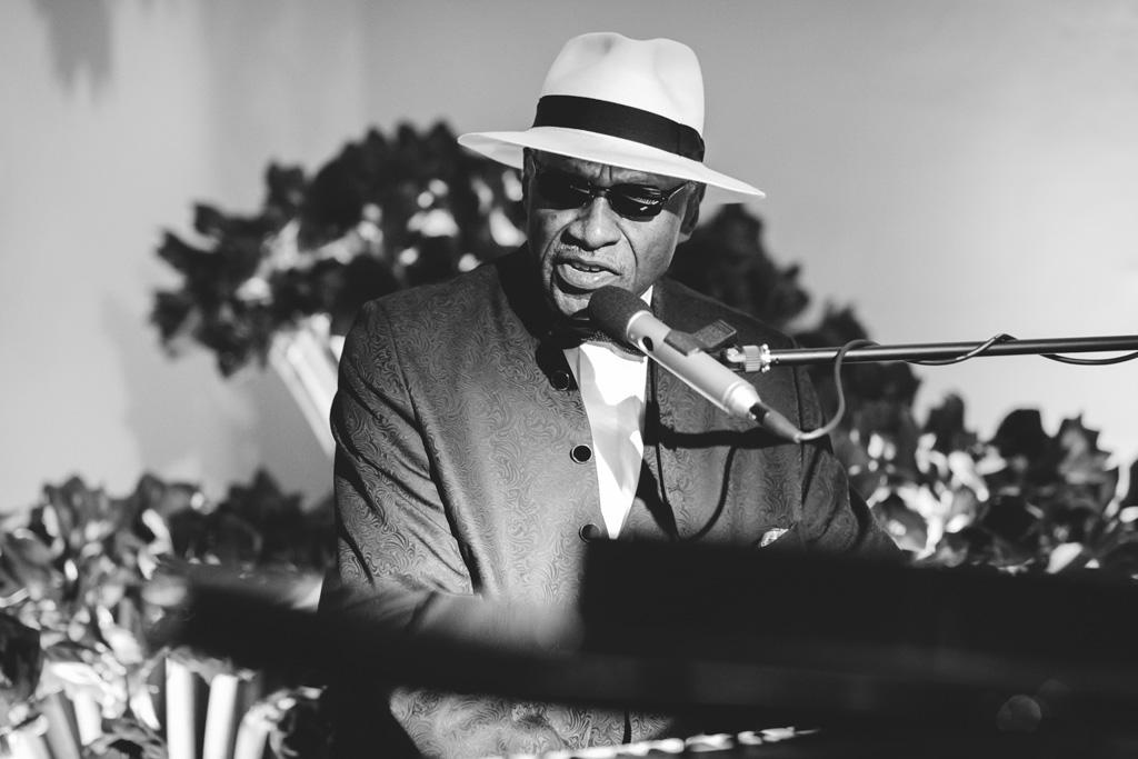 Un musicista Jazz incanta gli invitati con la sua musica ritratto dal Fotografo Della Savia