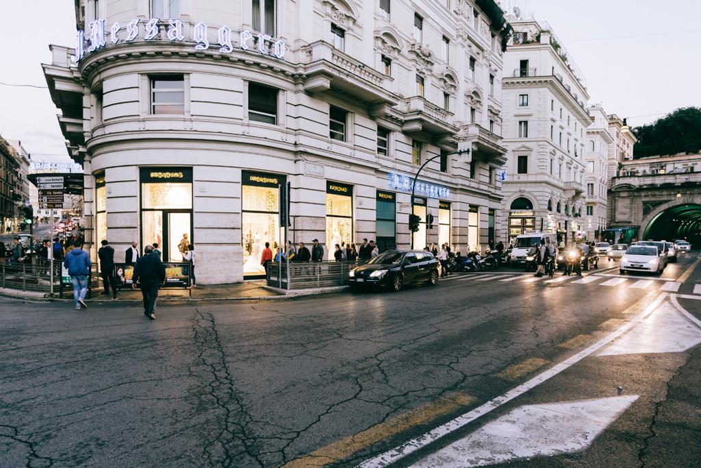 Una panoramica del negozio Pronovias tra via del